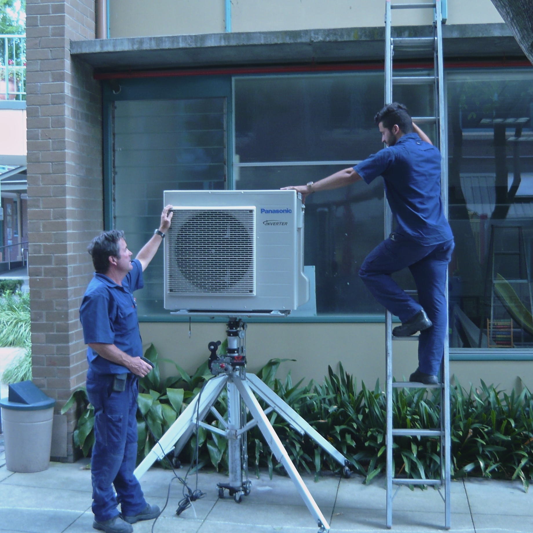 Expert doing teh repair of air conditioner
