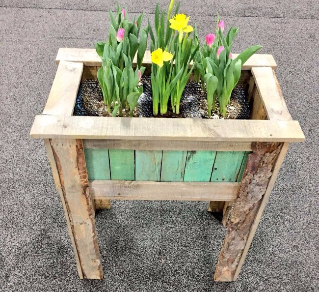 Make A Tall Planter Box From Pallet Wood With These Easy Steps