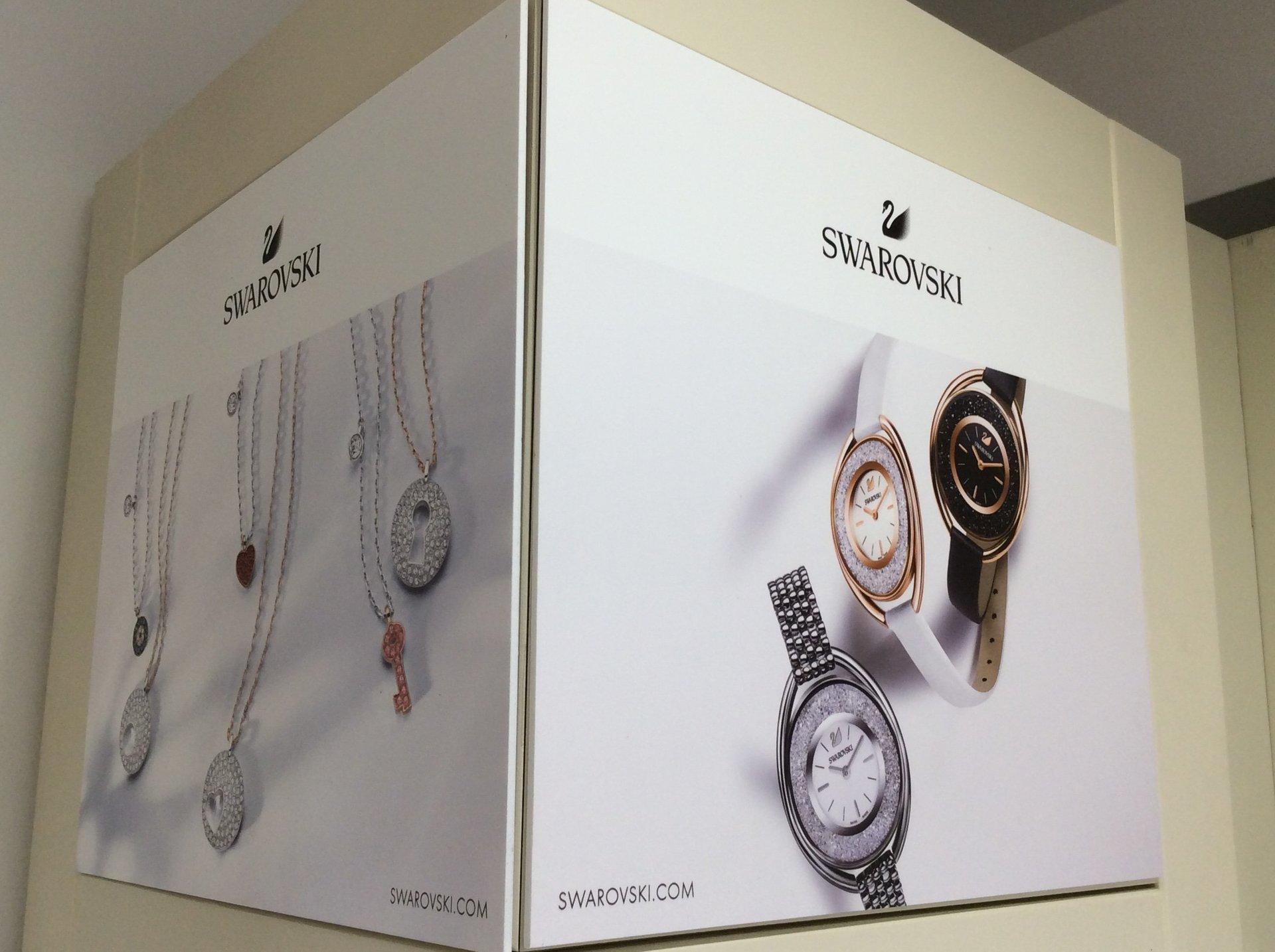 totem promozionale per i nuovi pendenti della linea Swarovski