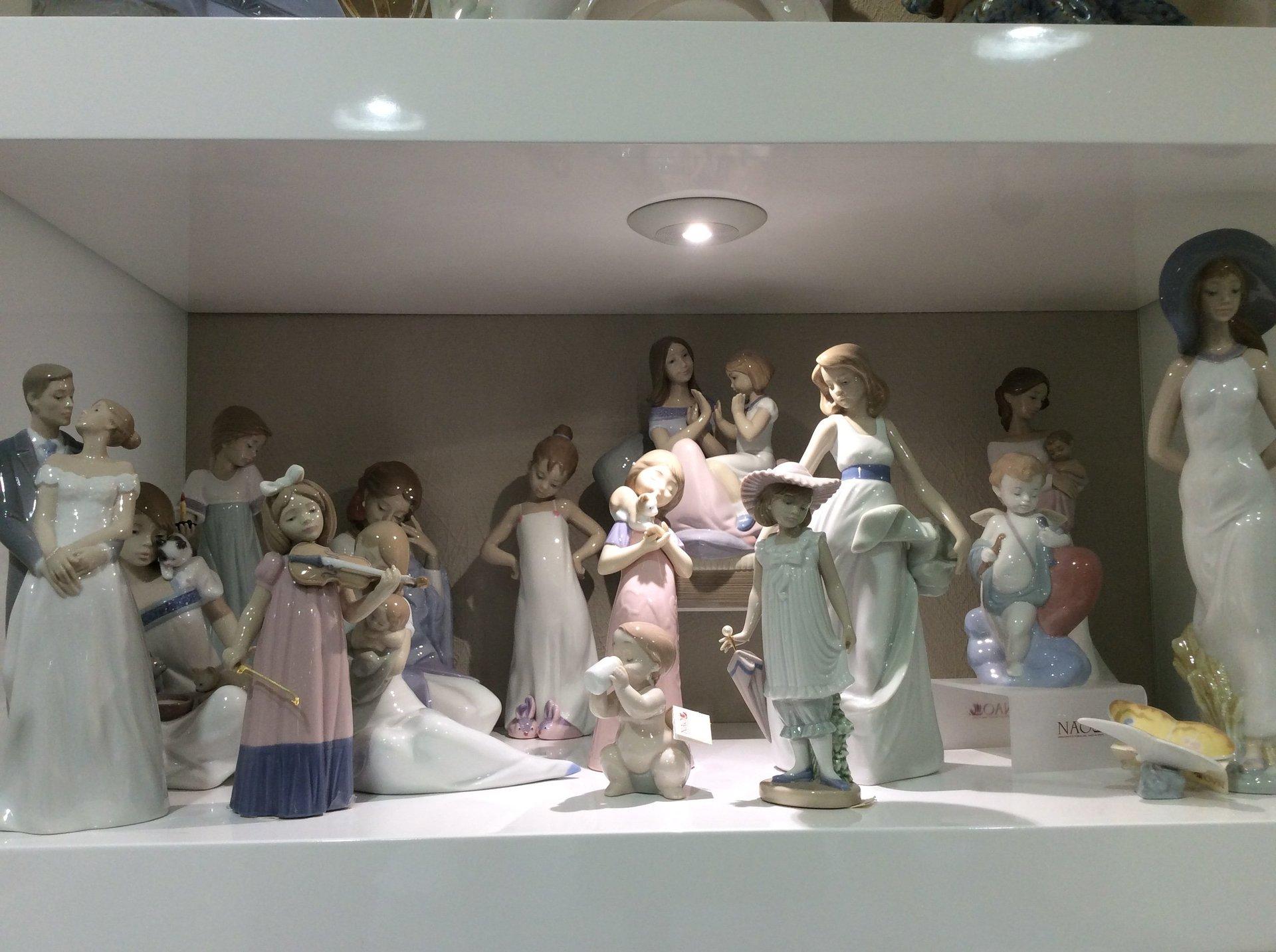 statue da collezione in porcellana rifinite a mano