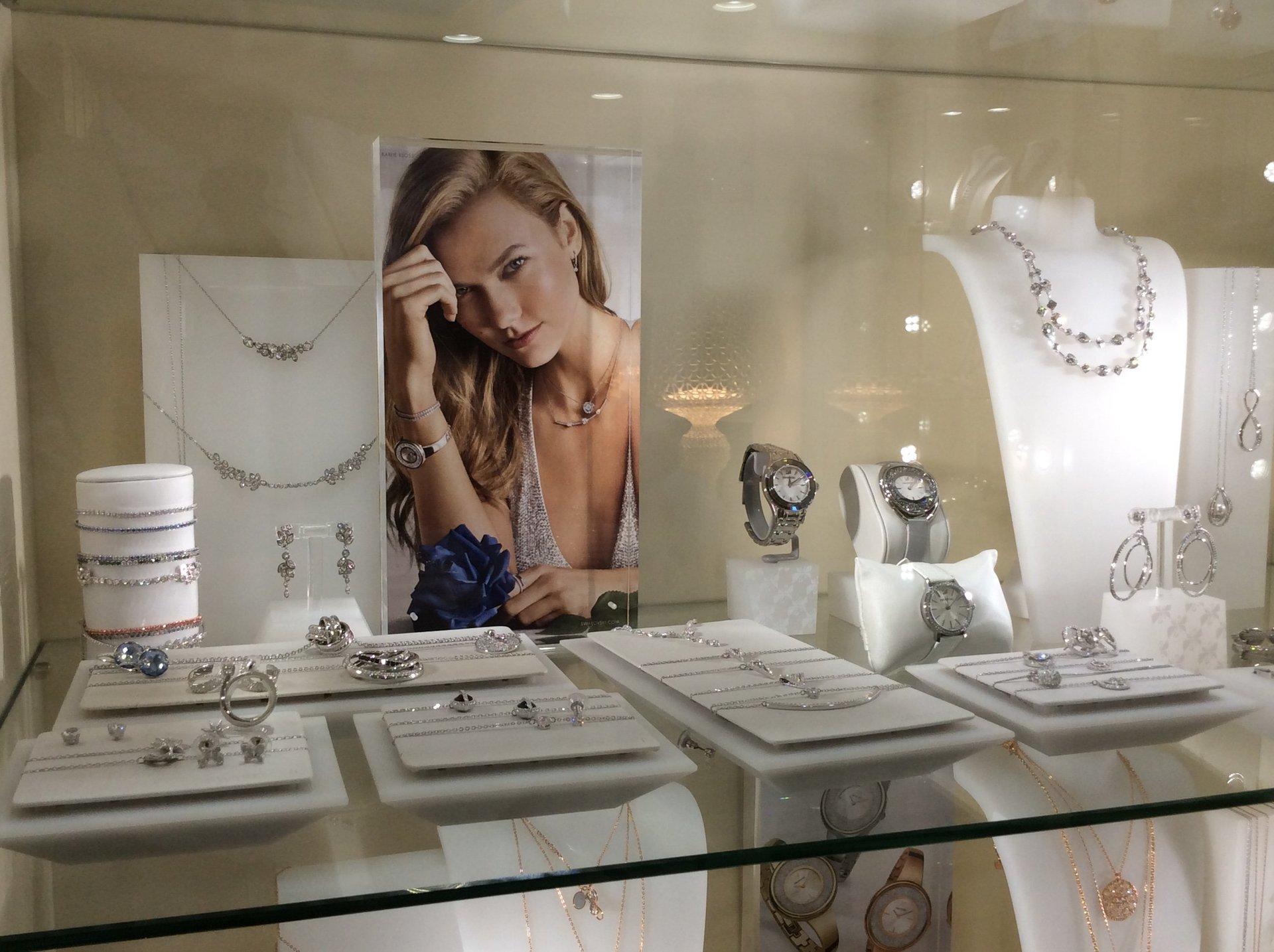 esposizione di orologi e pendenti Swarovski