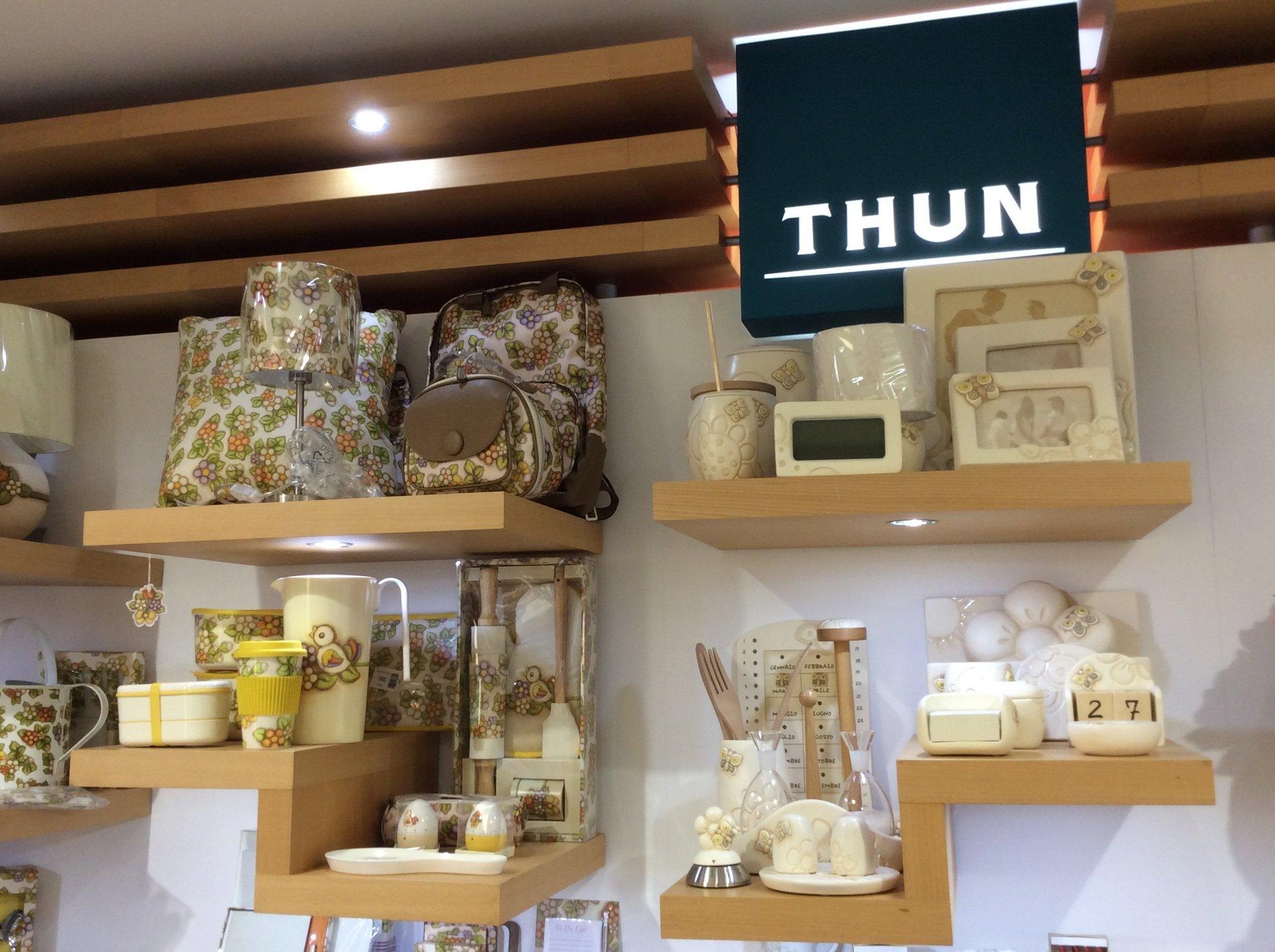 esposizione di articoli Thun