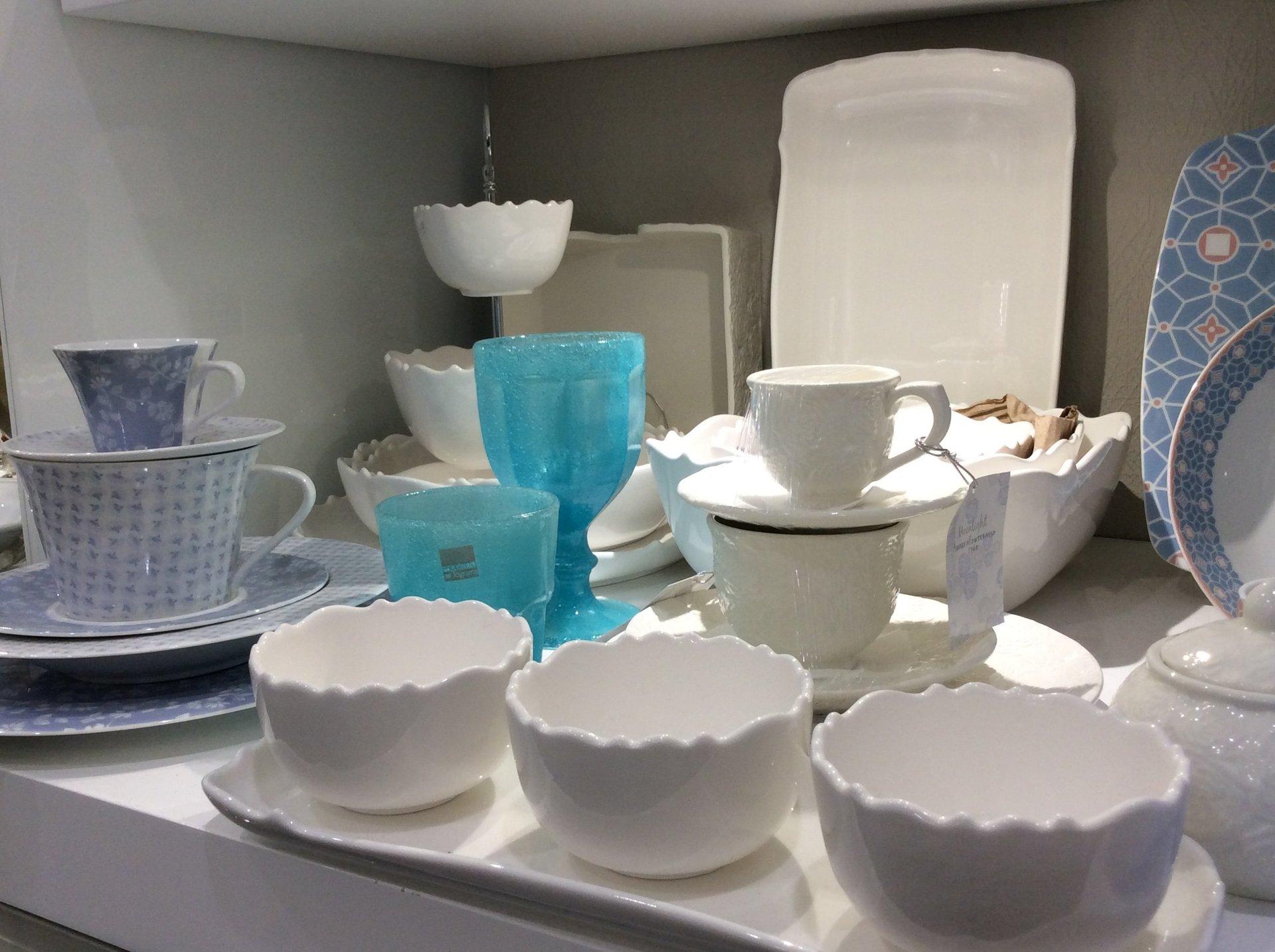 ciotole e tazze in porcellana