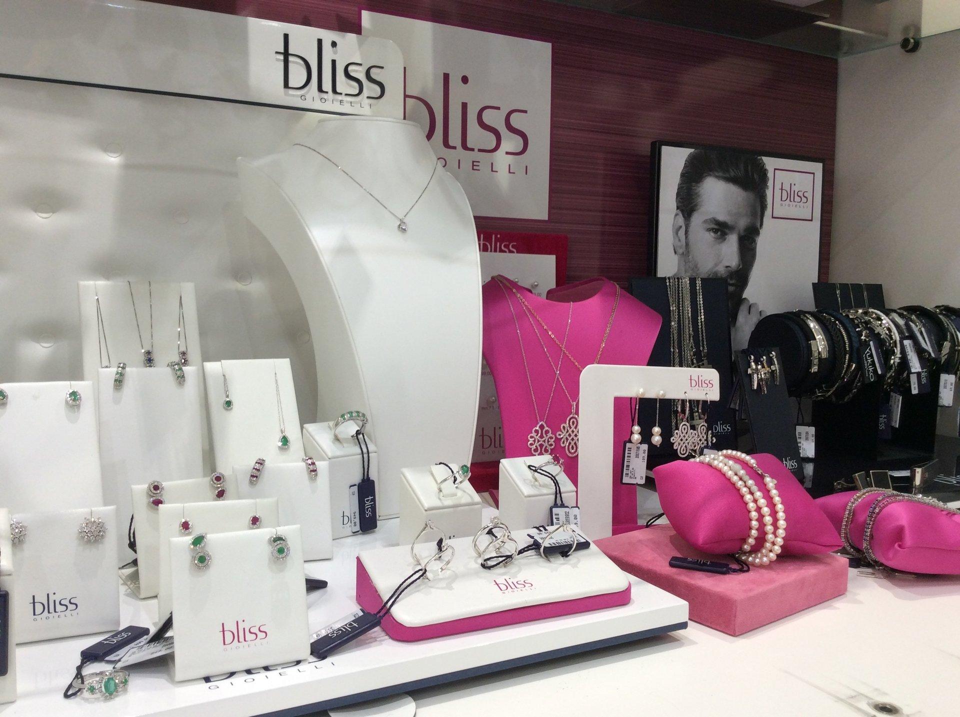 esposizione articoli preziosi da donna Bliss
