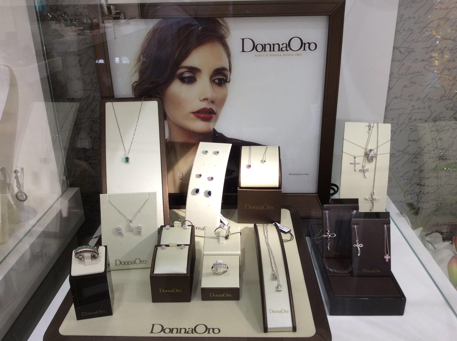 esposizione di gioielli da donna firmati DonnaOro