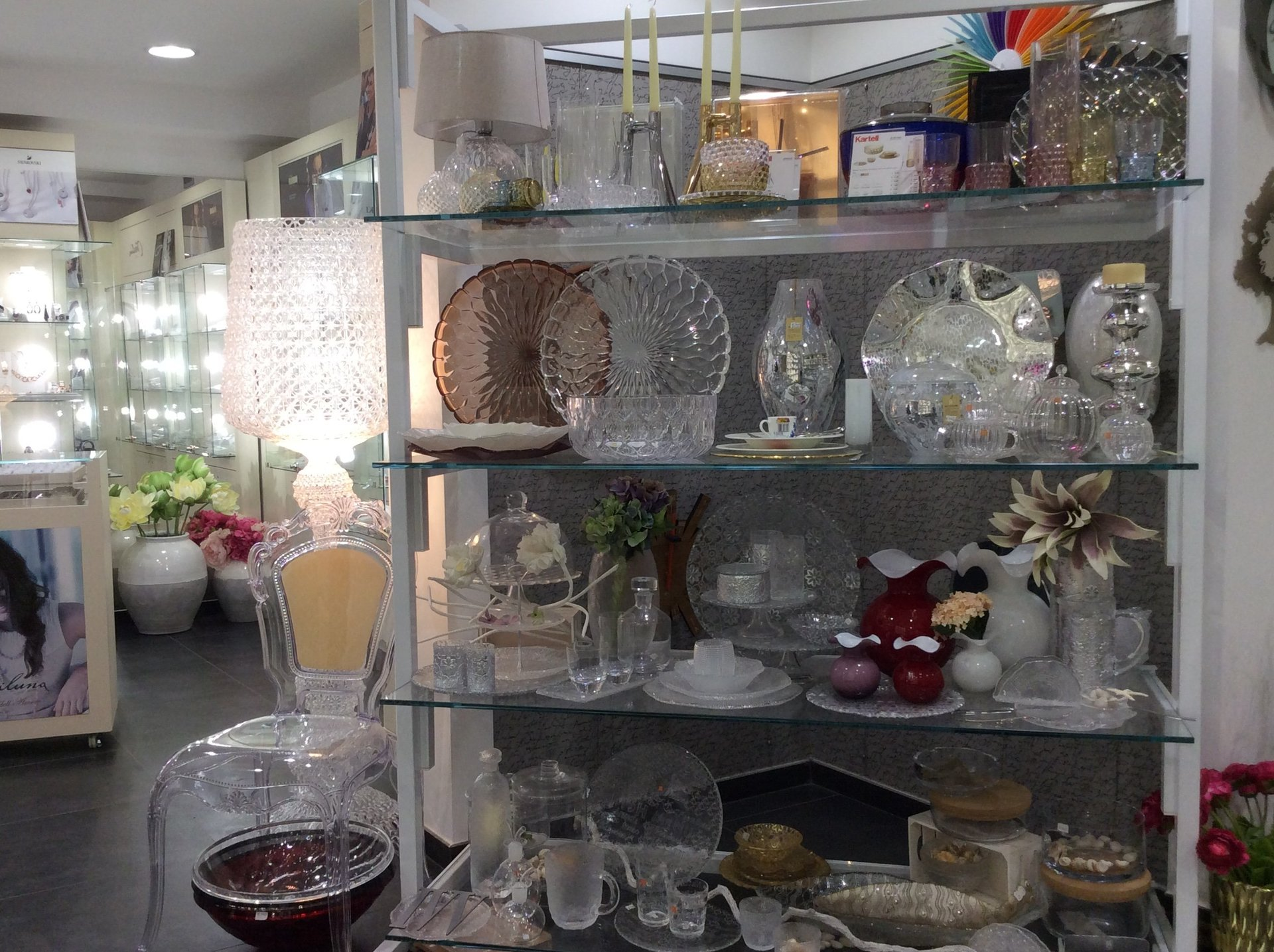esposizione di vasoi e centro tavola per lista nozze