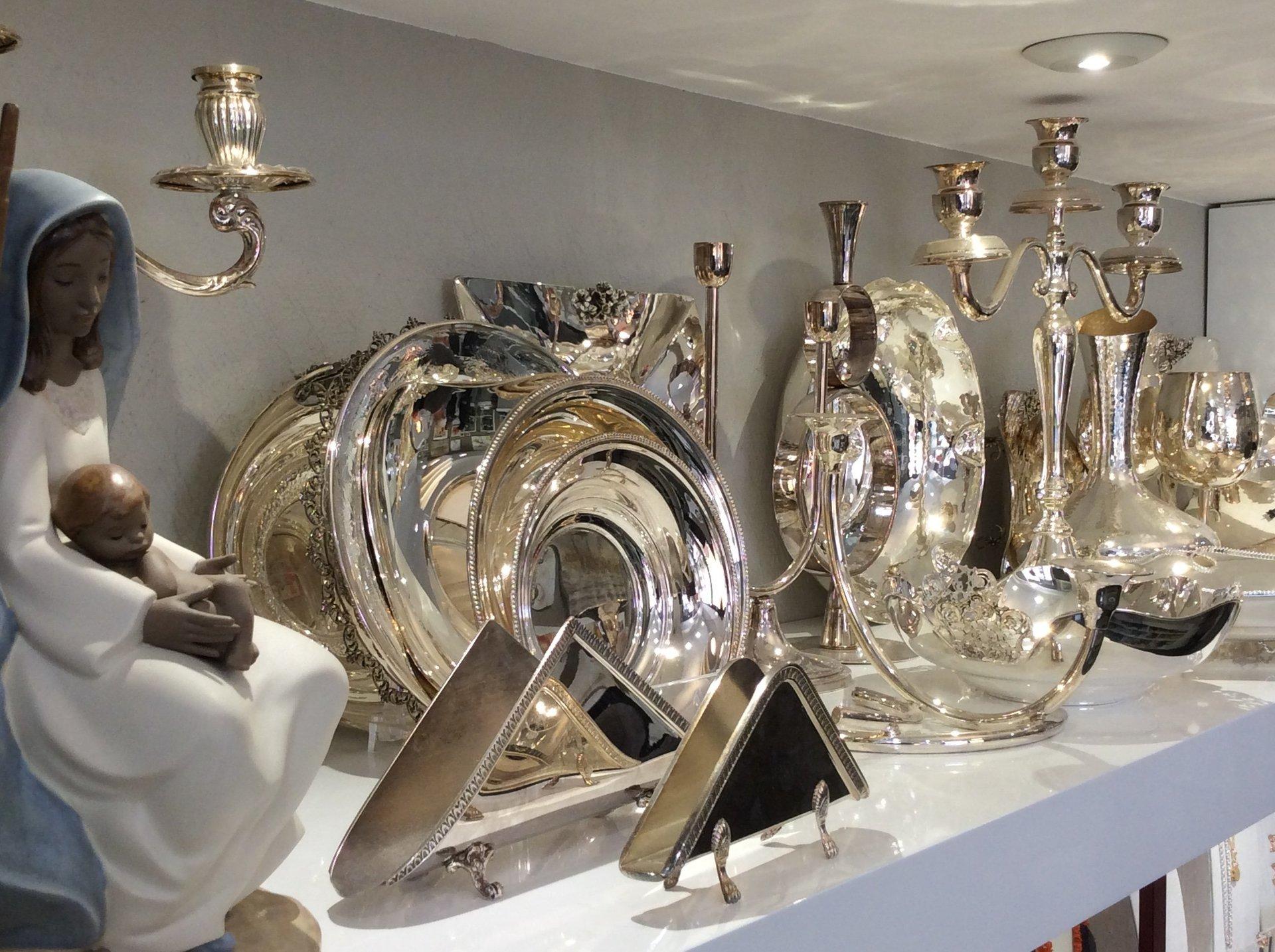 esposizione di accessori lista nozze in argento