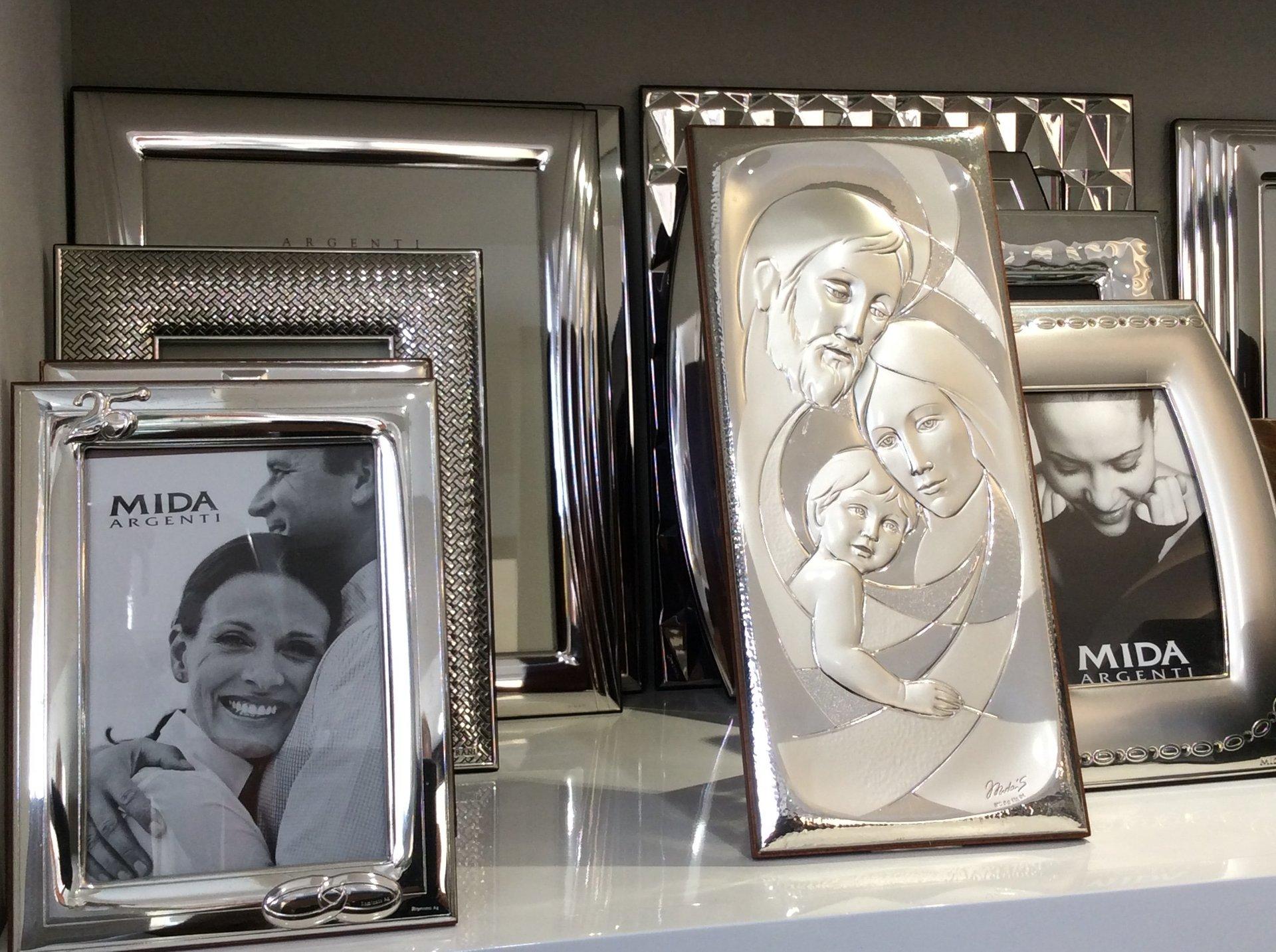 cornici in argento con immagini sacre in rilievo