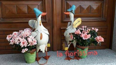 composizione di fiori davanti a una porta di entrata