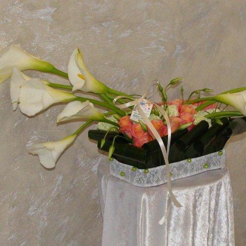 mazzo di fiori con calle sopra un tavolino