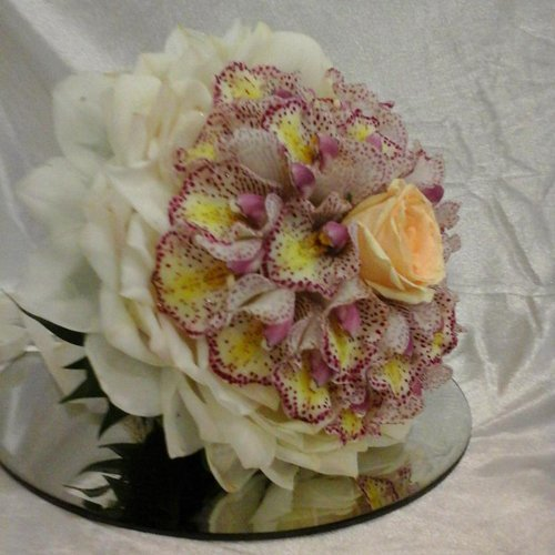 mazzo di fiori creativo e colorato