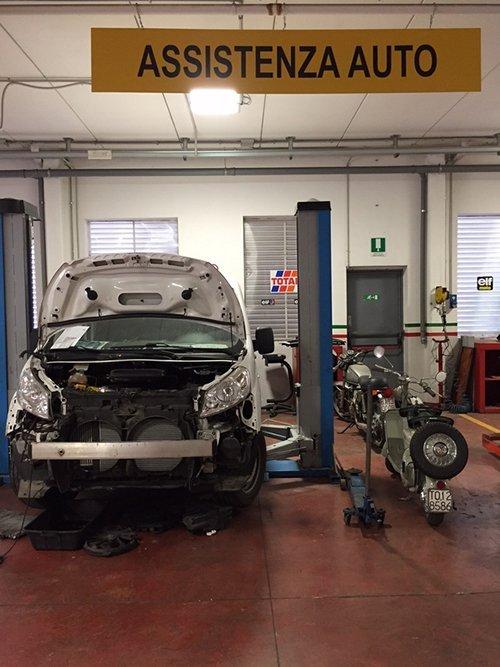 Macchina in riparazione presso l'officina Autoservice Ghergo