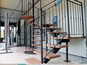 scala interna in legno con parapetto in ferro