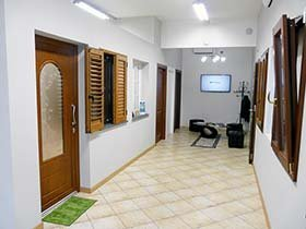 vista frontale di un corridoio con porte interni in legno e persiane