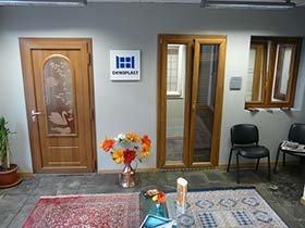 vista interna una stanza con porte in legno, tappeto, sedie e arredamento