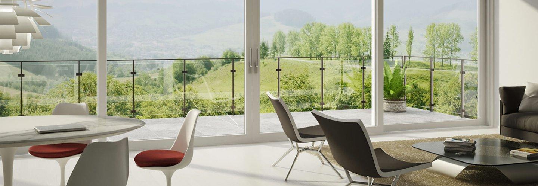 veranda con sedie, tavolo e infissi con sistemi scorrevoli in pvc