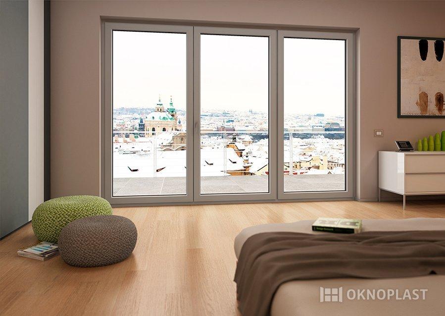 camera da letto con finestra in PVC e pavimento in legno
