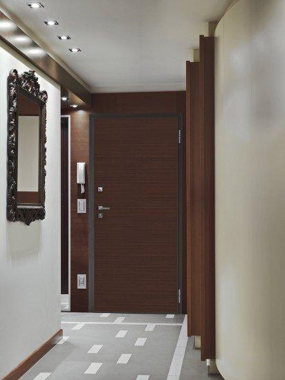 vista frontale di una porta blindata con sicurezza e specchio a parete