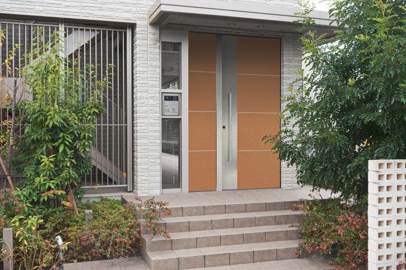 vista frontale di una casa con porte blindate e infissi di sicurezza