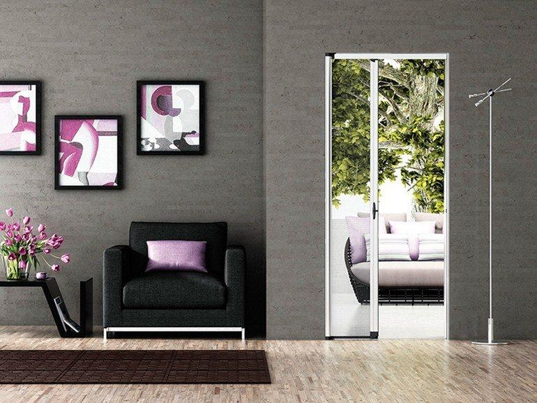 vista frontale di una parete grigia con cornici e zanzariere in un porta interna