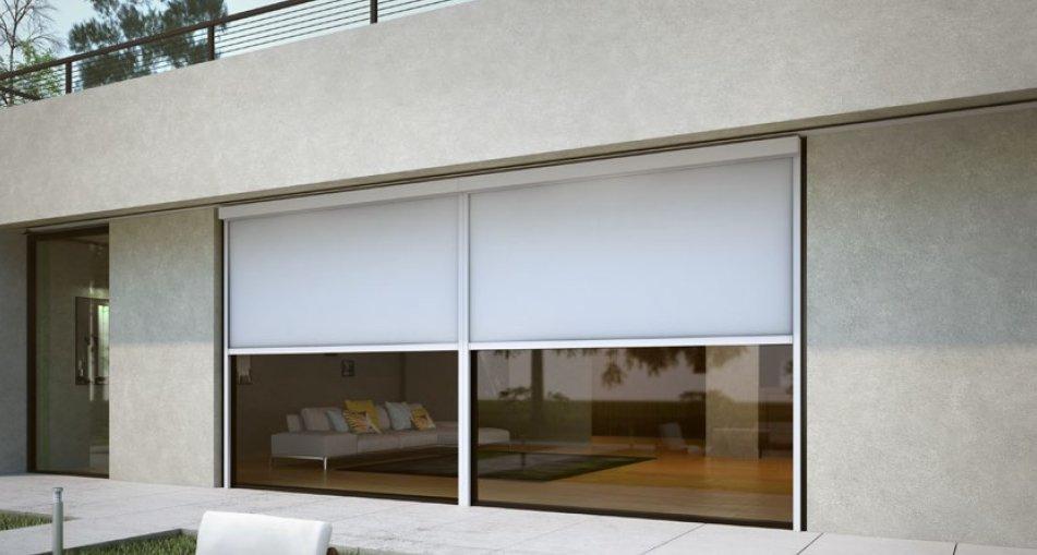 vista esterna di una casa con tenda da sole