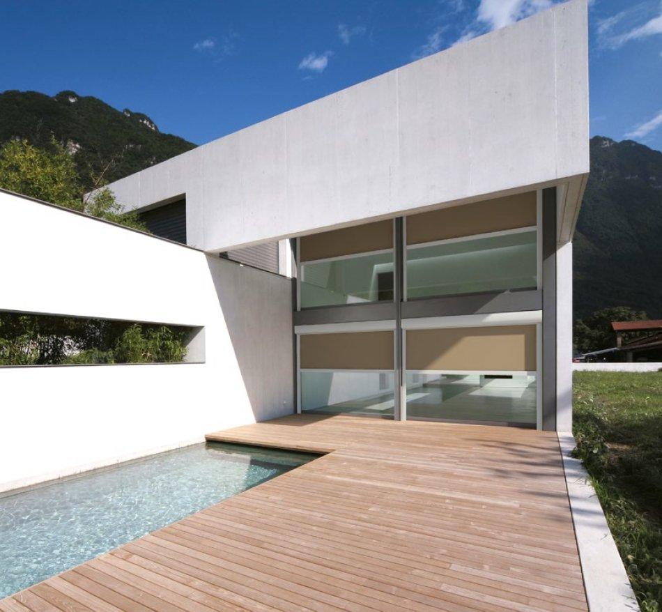 arredamento moderno con passerella in legno vicino a una piccola piscina che porta a un edificio bianco stile astratto