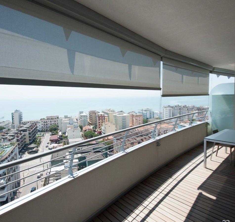 balcone di una casa con tende da sole