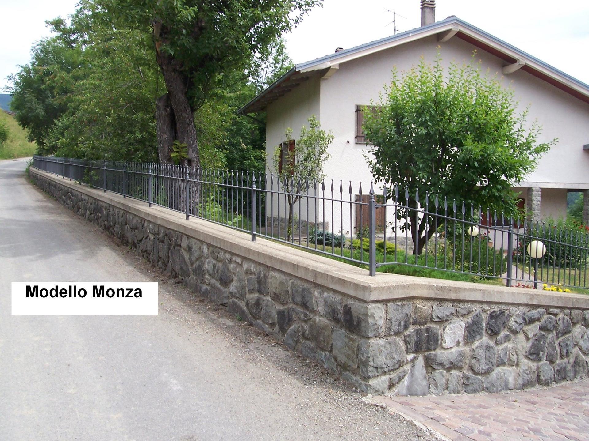 vista angolare di una casa con ringhiere Modello Monza