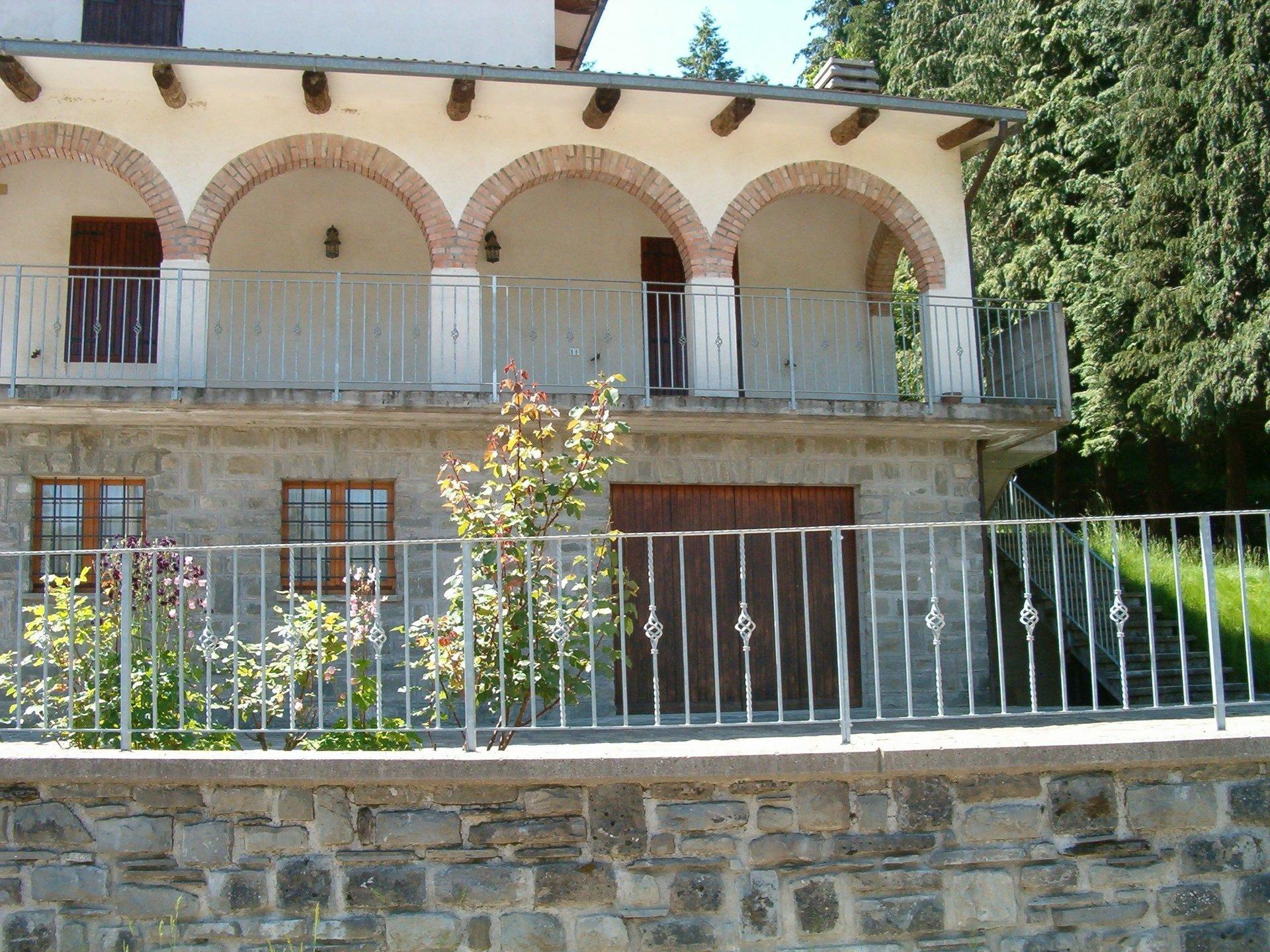 vista frontale di un edificio con ringhiera in balcone e esterni