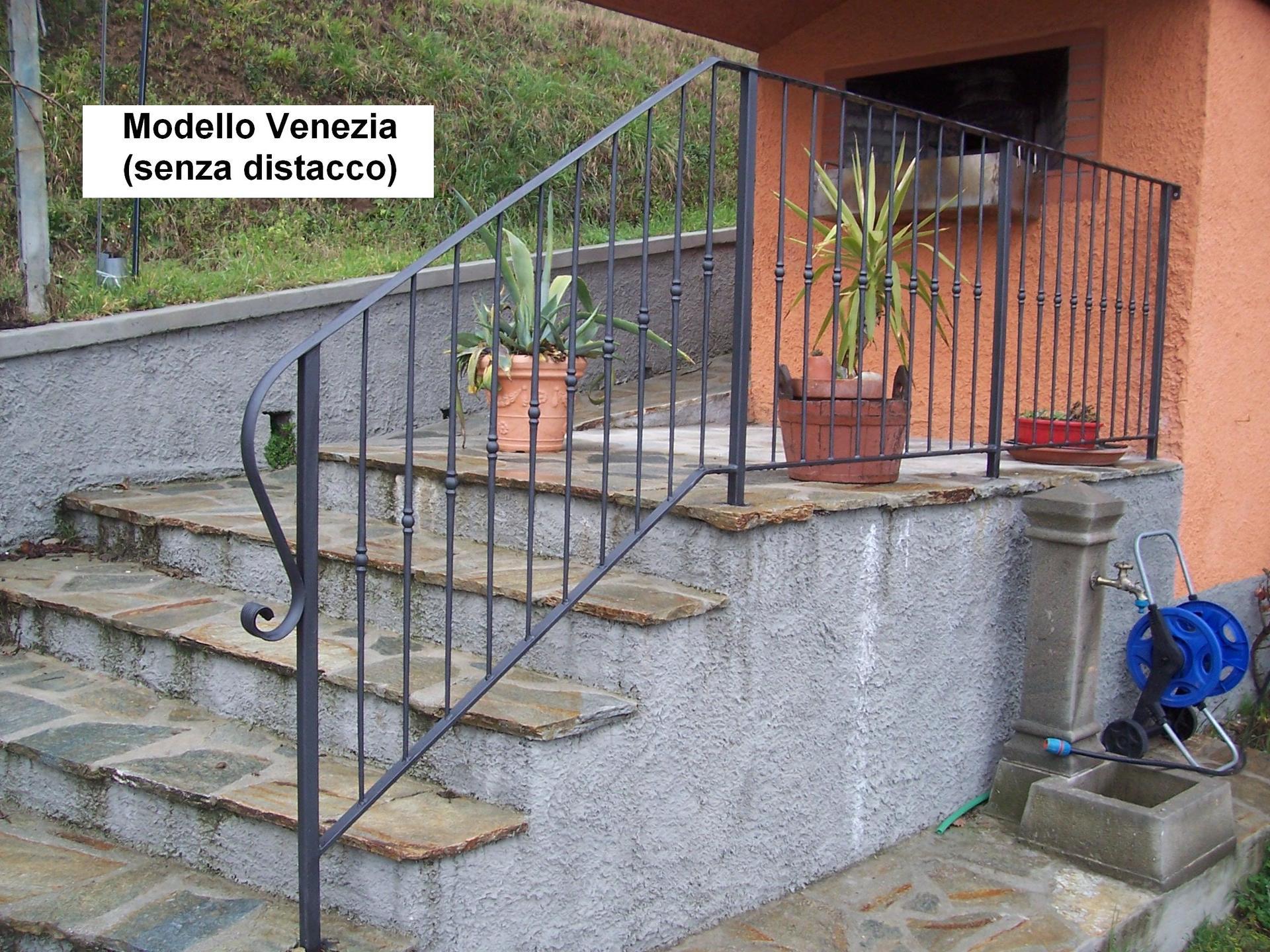 vista laterale di una scala esterna con ringhiera in ferro Modello Venezia