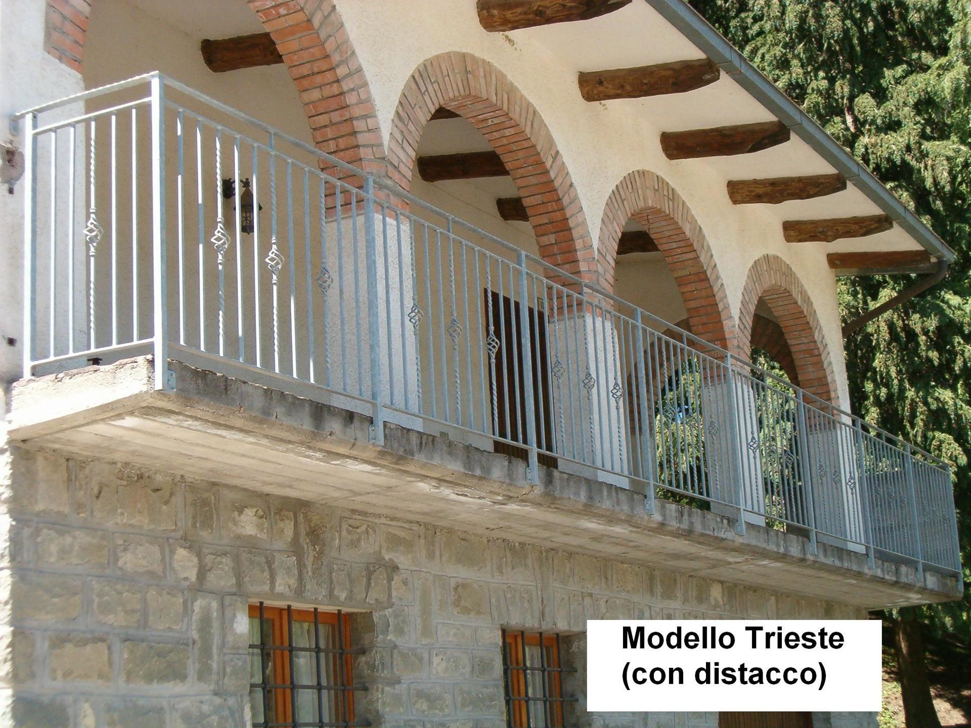 vista laterale di una casa con ringhiera in balcone di una casa Modello Trieste