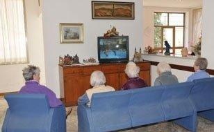 gruppo di anziani che guardano TV