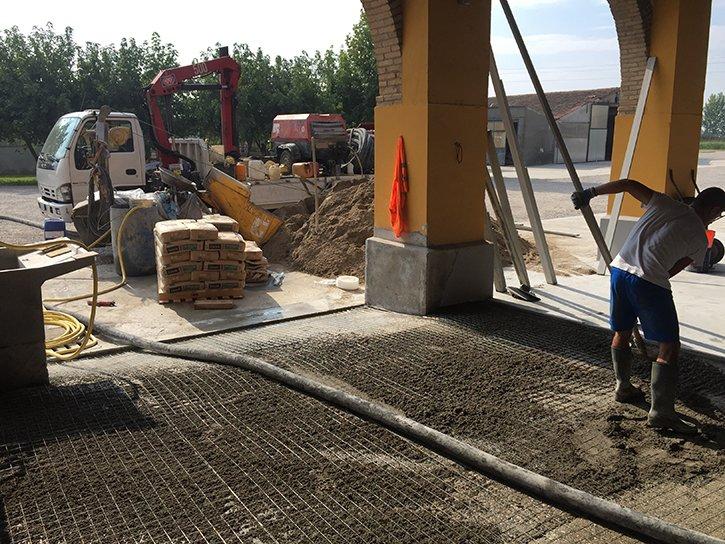 Tecnici preparando il luogo per l'installazione del materiale