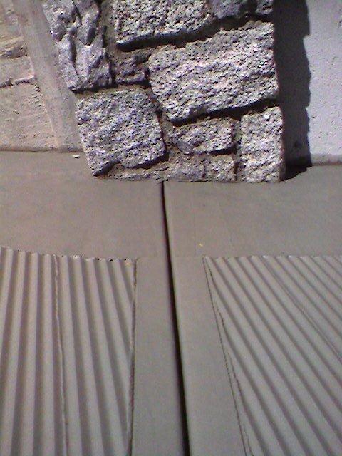 Realizziamo rampe con un impasto di cemento/quarzo grigio o colorato (verde-rosso-tabacco).