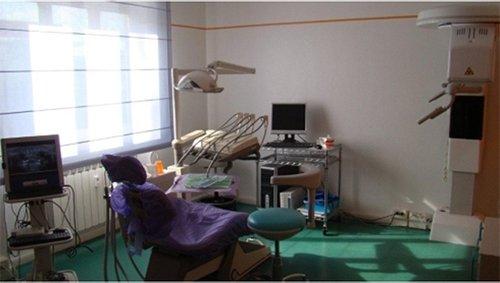 stanza dentista  con computer per ecografie