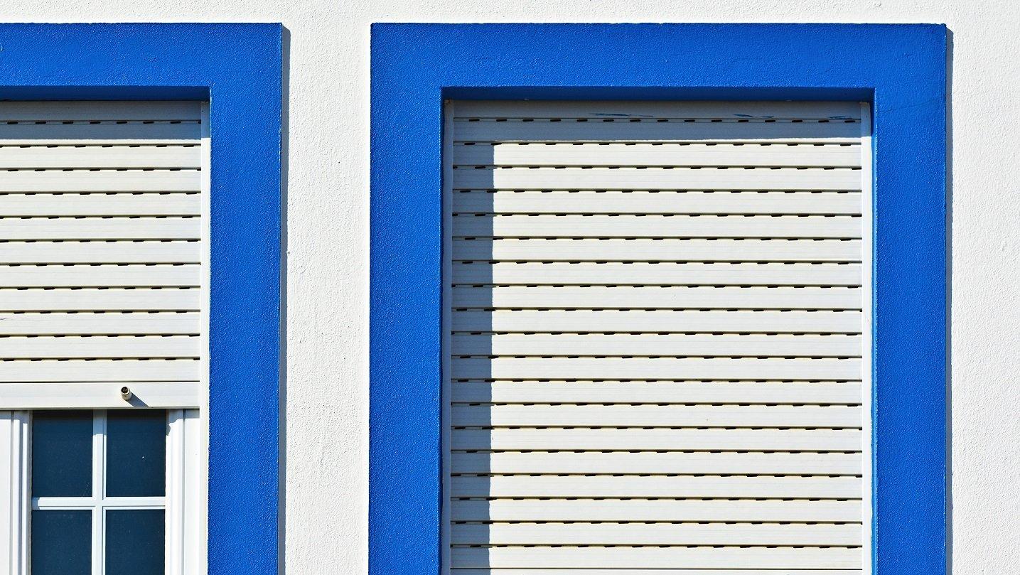 tapparella e muro blu e bianco