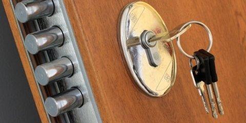 porta blindata con serratura e chiave inserita