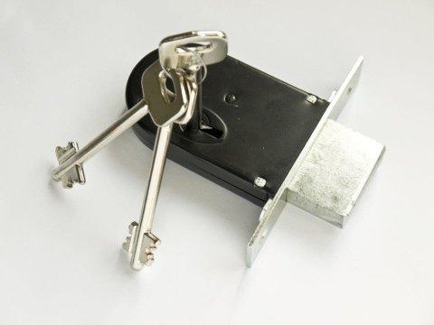 serratura con chiave inserita