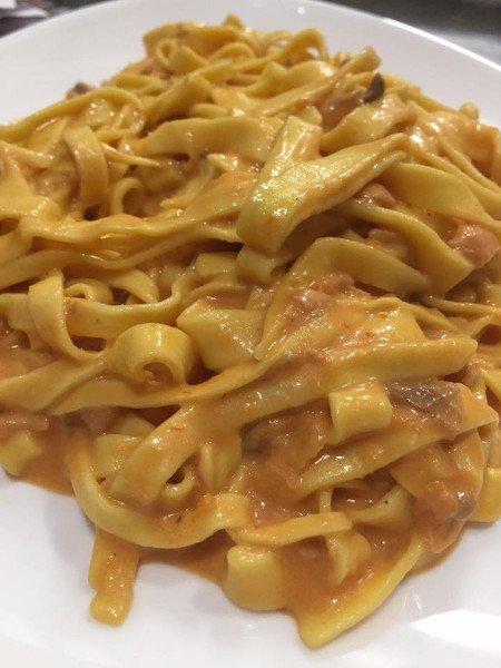 Piatto di pasta con salsa