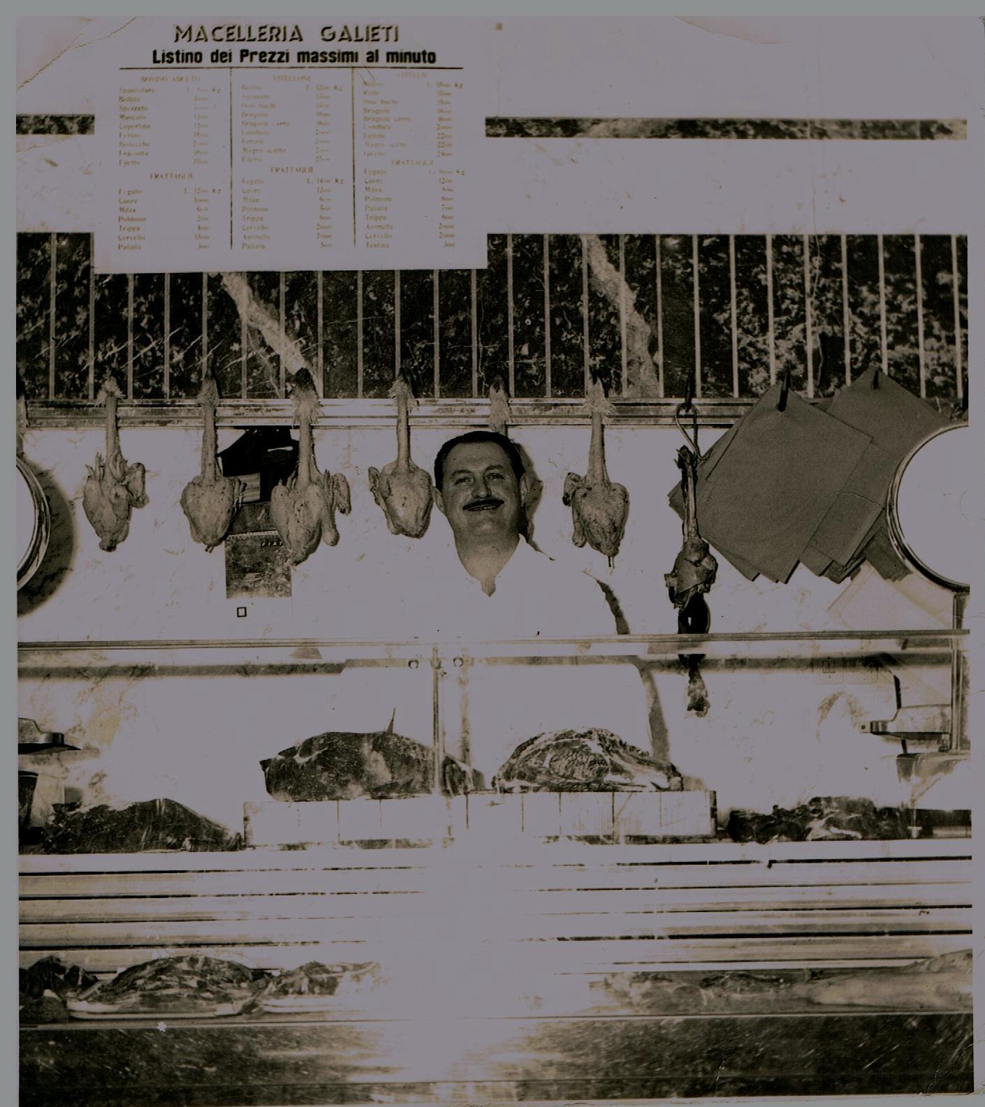 bancone della macelleria Galieti con macellaio in posa
