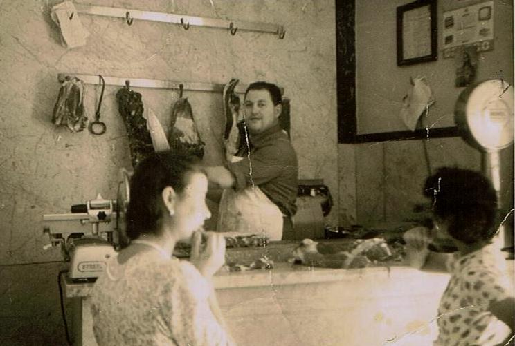 donne davanti al bancone della macelleria Galieti