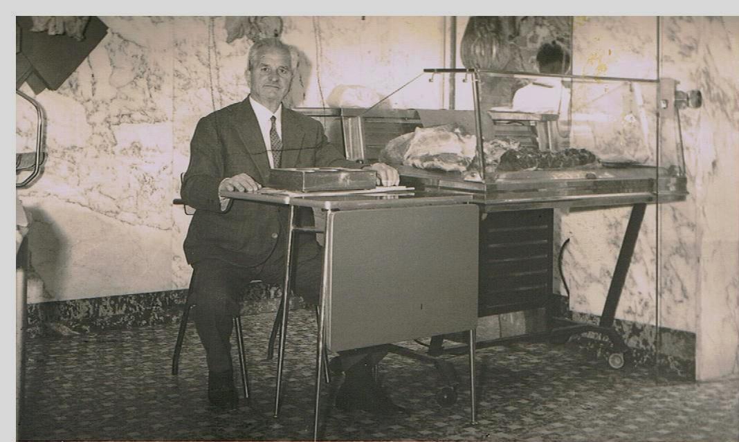 uomo in giacca seduto dietro ad una scrivania