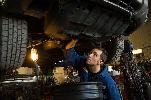 Uno dei meccanici specializzati al lavoro