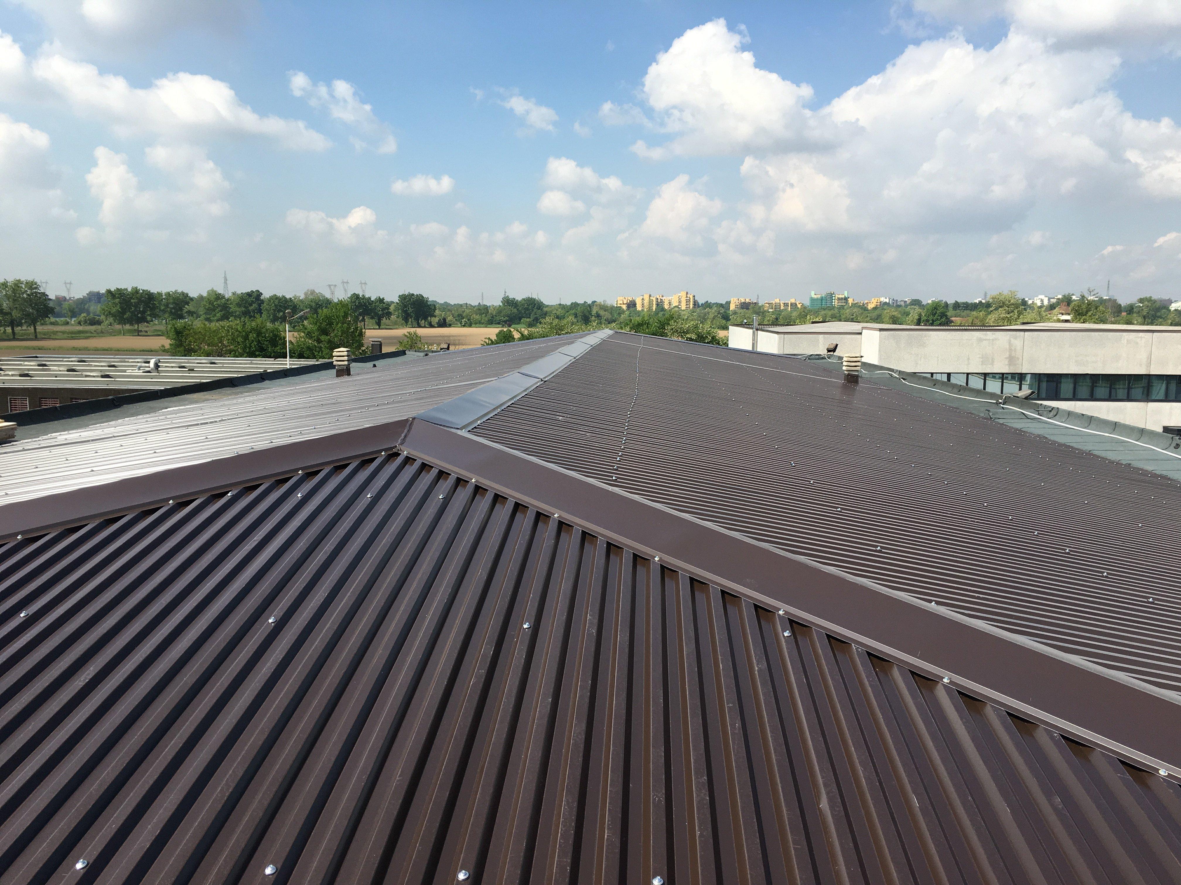 copertura industriale marrone scuro senza finestre