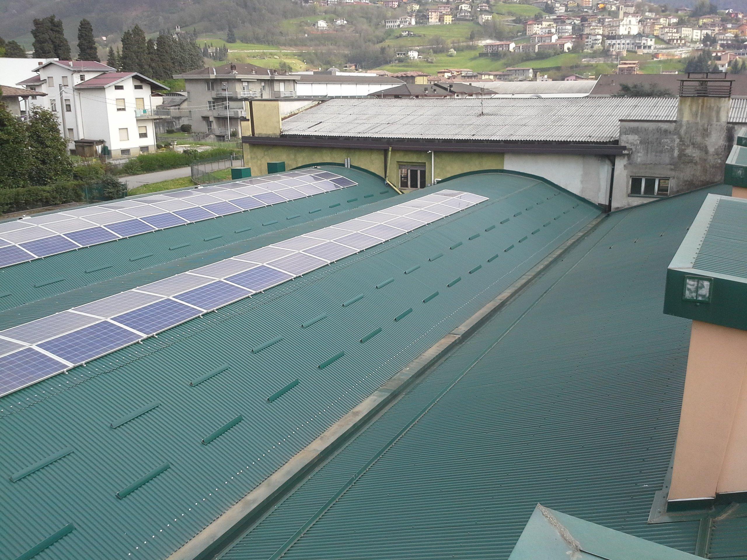 tetto industriale verde con lucernari