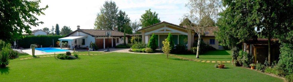 giardino con piscina ed ampia area verde piantumata.