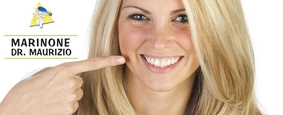 paziente mostra denti bianchi
