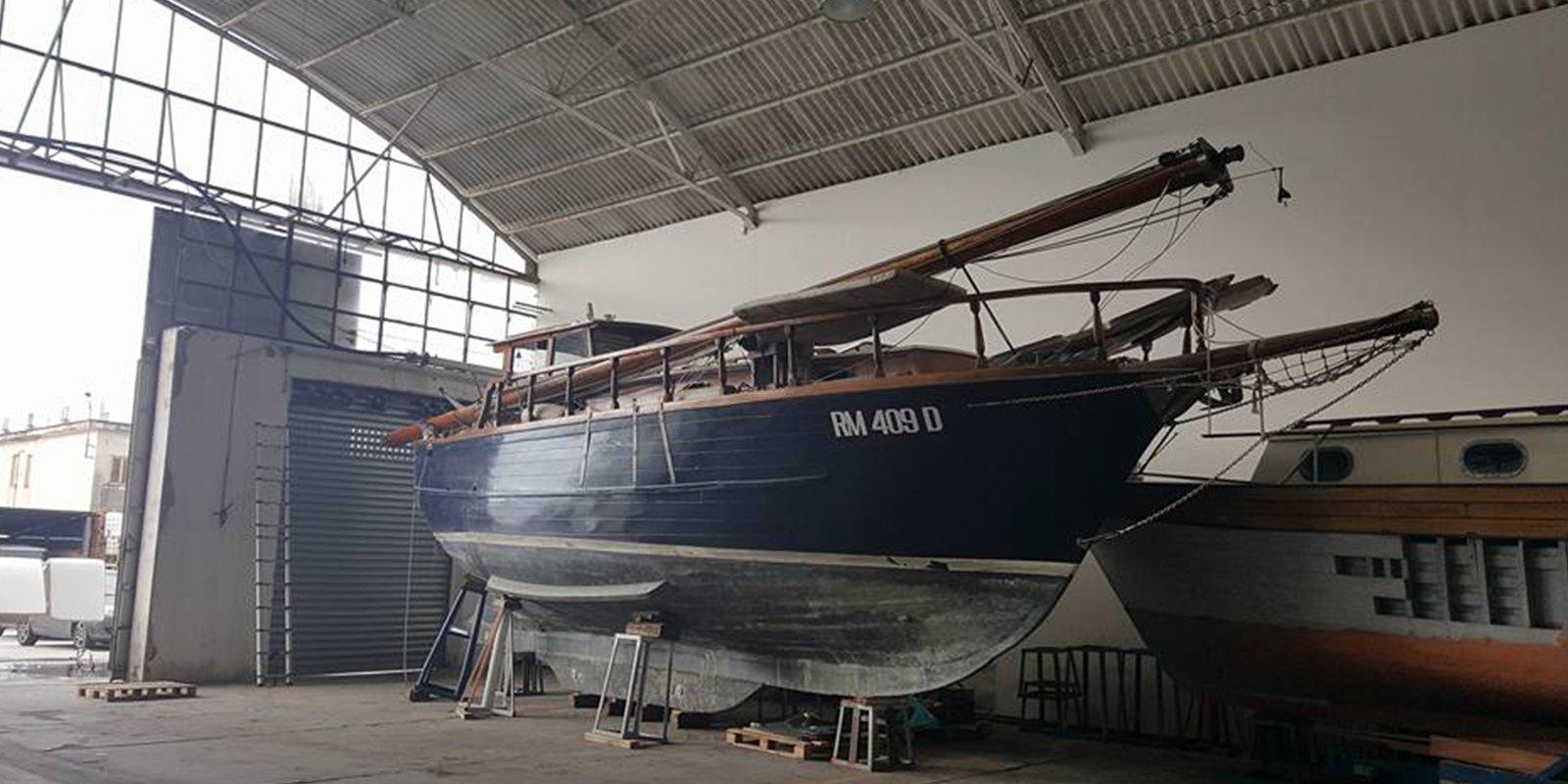 Una barca di grandi dimensioni in rimessa