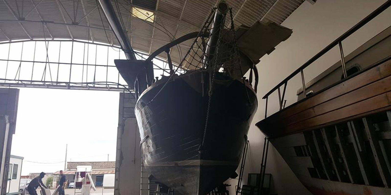 Vista frontale della barca di grandi dimensioni in rimessa