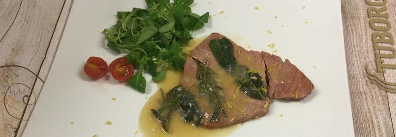 carne con insalata come contorno